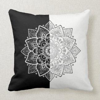 Design geométrico preto & branco moderno da almofada