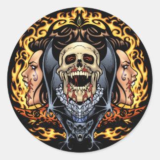 Design gótico dos crânios dos vampiros e dos bast adesivo em formato redondo