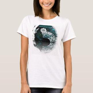 Design gráfico da coruja nevado com a camisa das