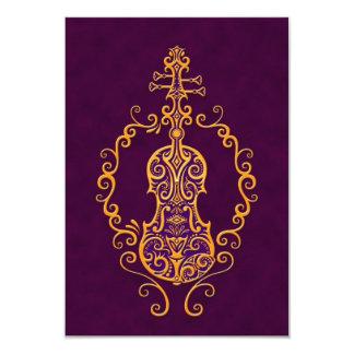 Design roxo dourado intrincado do violino convite personalizado