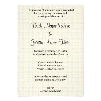Design Wedding na verificação bege com texto preto Convite 12.7 X 17.78cm