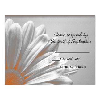 Destaques florais alaranjados que Wedding o cartão