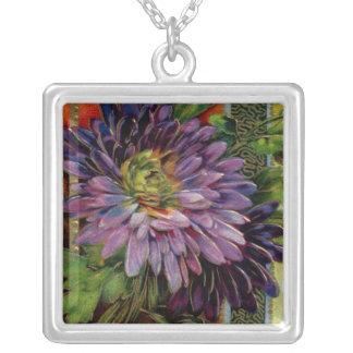 Detalhe da flor colar com pendente quadrado