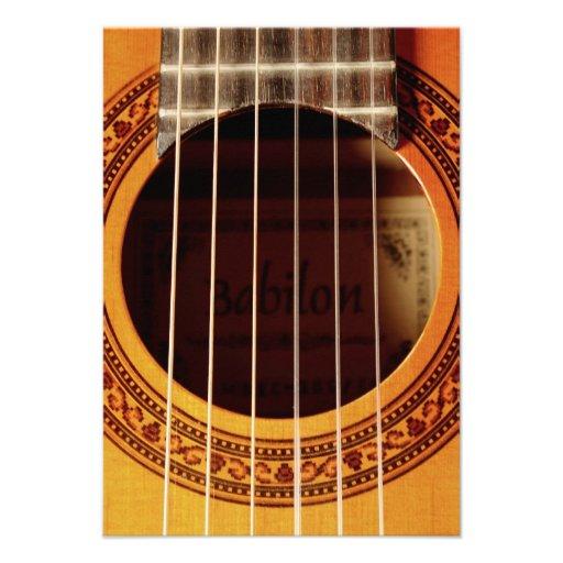 Detalhe da guitarra acústica convites