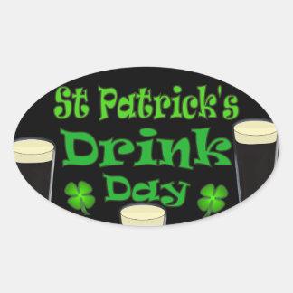 Dia da bebida de Patricks da rua - eu sou irlandês Adesivo Oval