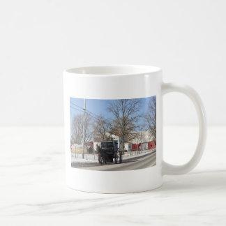 Dia de inverno com erros do passeio caneca de café