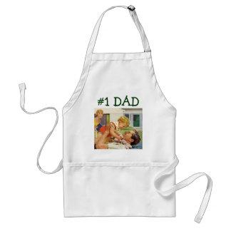 Dia dos pais do vintage, pai feliz e menino do avental