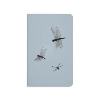 Diário A libélula mostra em silhueta o jornal do bolso