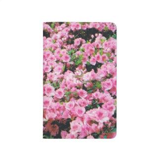 Diário Jornal com azáleas cor-de-rosa