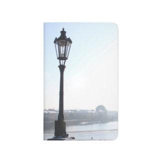 Diário Lamppost na ponte de Charles (Praga)