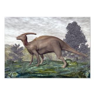 Dinossauro de Parasaurolophus entre árvores do Convite 12.7 X 17.78cm