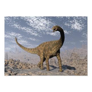 Dinossauro de Spinophorosaurus que anda no deserto Convite 12.7 X 17.78cm