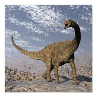 Dinossauro de Spinophorosaurus que anda no deserto Convite Quadrado 13.35 X 13.35cm