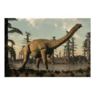 Dinossauro de Uberabatitan no lago Impressão De Foto