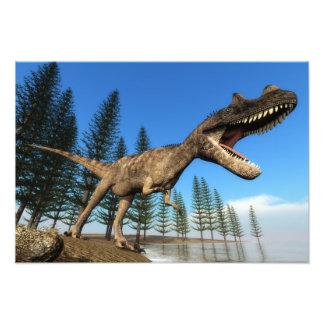 Dinossauro do Ceratosaurus na linha costeira Impressão De Foto
