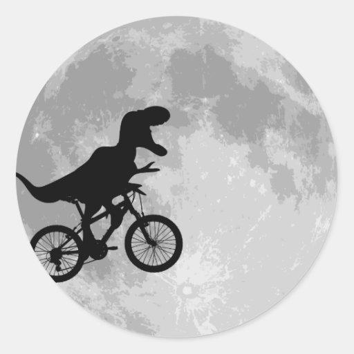 Dinossauro em uma bicicleta no céu com lua adesivos em formato redondos