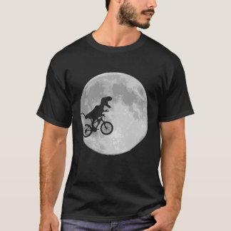 Dinossauro em uma bicicleta no céu com lua camiseta