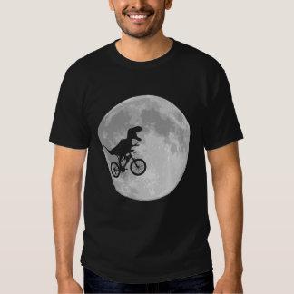 Dinossauro em uma bicicleta no céu com lua tshirts