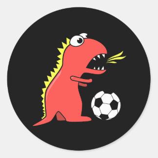 Dinossauro engraçado dos desenhos animados que jog adesivo em formato redondo