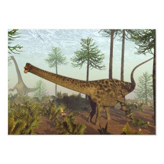 Dinossauros do Diplodocus entre as árvores da Convite 12.7 X 17.78cm