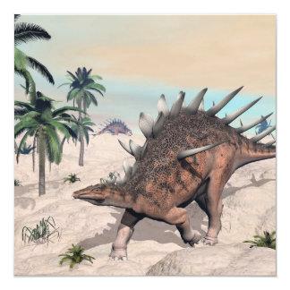 Dinossauros do Kentrosaurus no deserto - 3D rendem Convite Quadrado 13.35 X 13.35cm