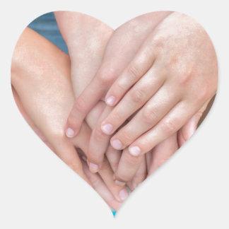 Diversos braços das meninas com cedem-se adesivo coração