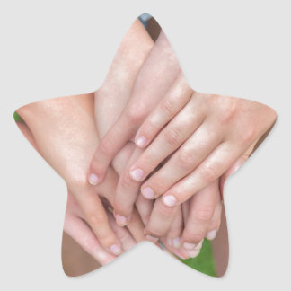 Diversos braços das meninas com cedem-se adesivo estrela