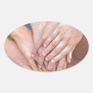 Diversos braços das meninas com cedem-se adesivo oval