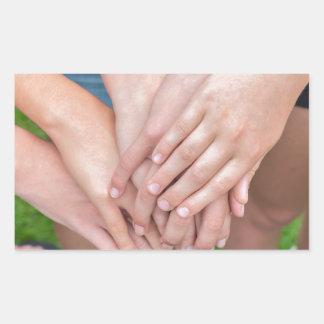Diversos braços das meninas com cedem-se adesivo retangular