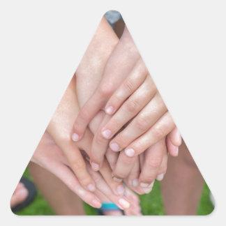 Diversos braços das meninas com cedem-se adesivo triangular