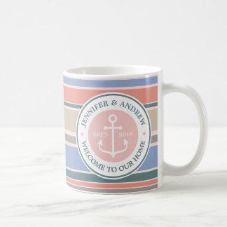 Do rosa na moda das listras do monograma da âncora caneca de café