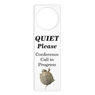 Do silêncio audioconferência por favor em sinais para portas