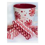 Doces vermelhos e brancos antiquados da fita com cartoes postais
