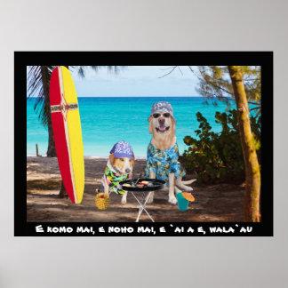 Dois cães do surfista na praia posters