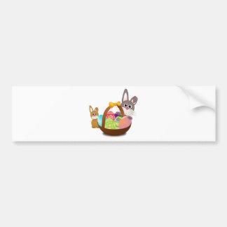 Dois coelhos de coelho com ovos da páscoa em uma c adesivo para carro