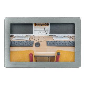 Dois computadores na sala de aula no segundo grau