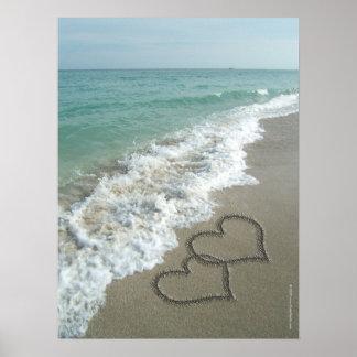Dois corações da areia na praia, oceano romântico impressão