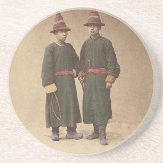 Dois homens chineses em combinar o vestido porta-copos de arenito