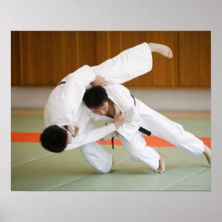 Dois homens que competem em um fósforo 2 do judo posteres
