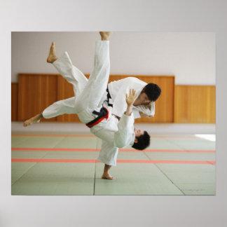 Dois homens que competem em um fósforo 3 do judo impressão