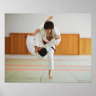 Dois homens que competem em um fósforo do judo posters