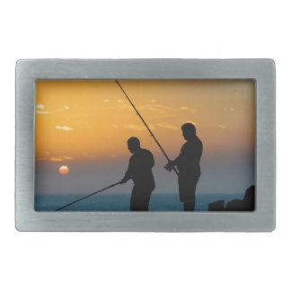 Dois homens que pescam na costa