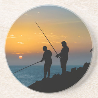 Dois homens que pescam na costa porta-copos de arenito