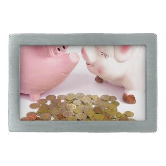 Dois mealheiros com as euro- moedas no branco