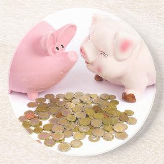 Dois mealheiros com as euro- moedas no branco porta-copos de arenito