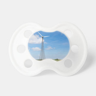 Dois moinhos de vento na área rural com céu azul chupeta