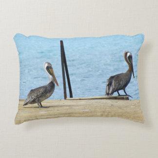 Dois pelicanos no cais, Curaçau caribe, foto Almofada Decorativa