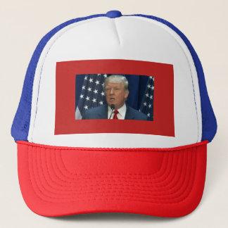 Donald Trump em um boné dos camionistas