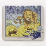 Dorothy e o leão Cowardly de mágico de Oz Mousepad