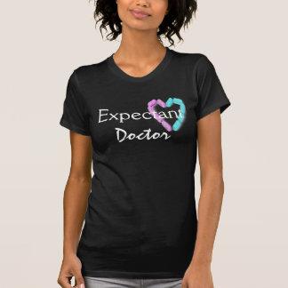Doutor expectante no preto mim camiseta